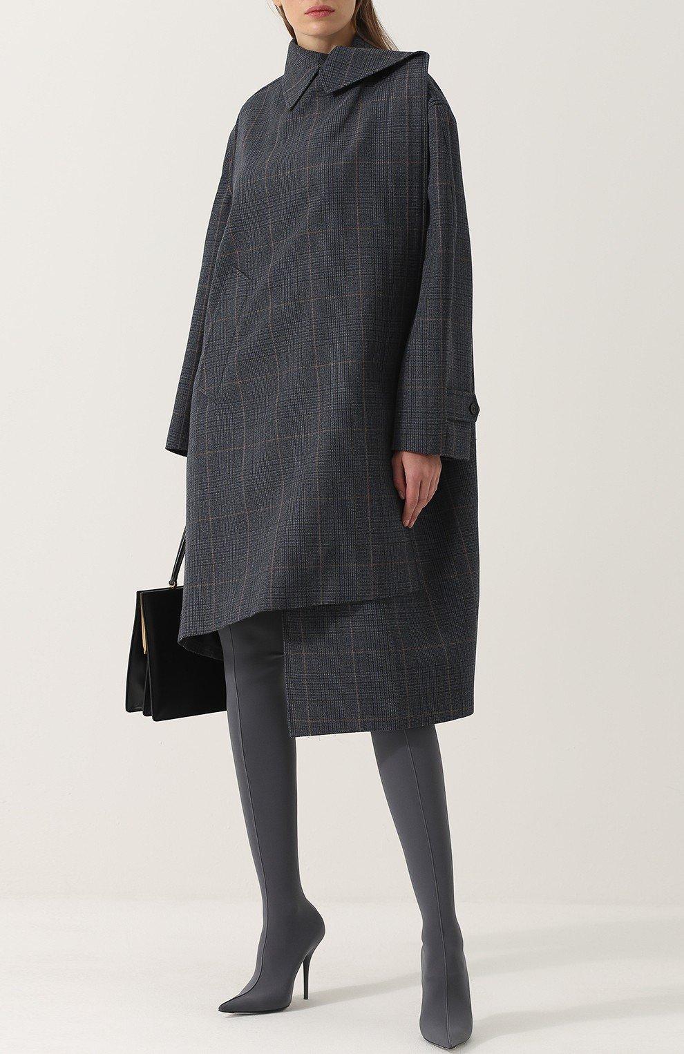 стильный образ весна 2019: серое асимметричное пальто и сапоги чулки в тон