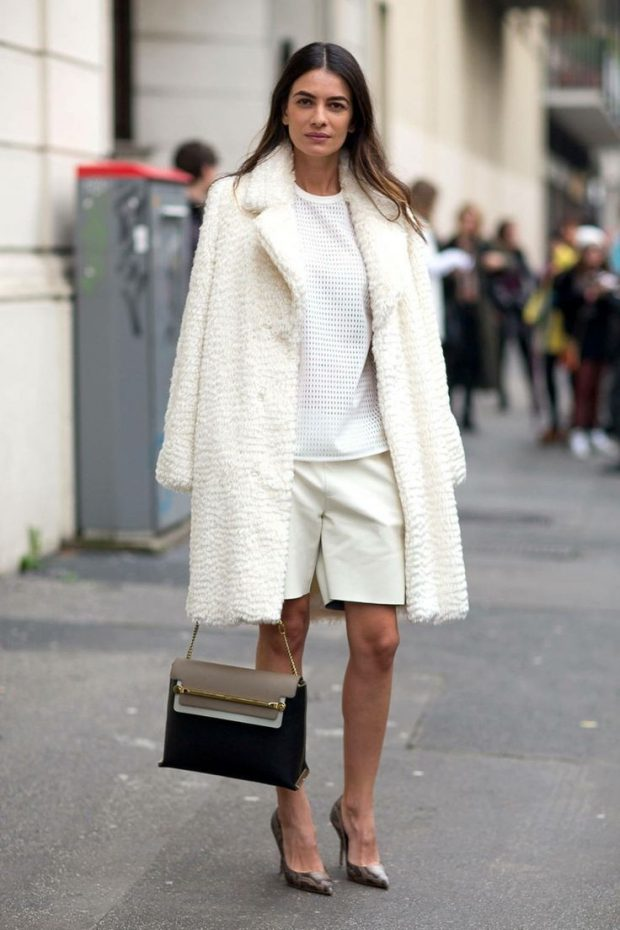 модные образы весна лето 2019: белое свободное пальто и белые шорты