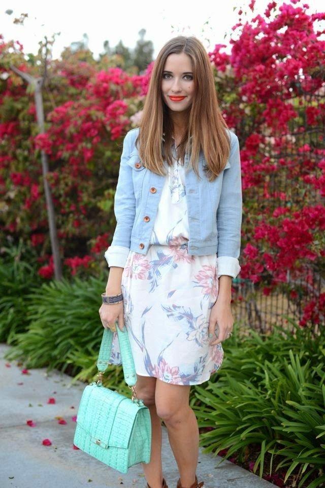 светлое платье и джинсовая куртка