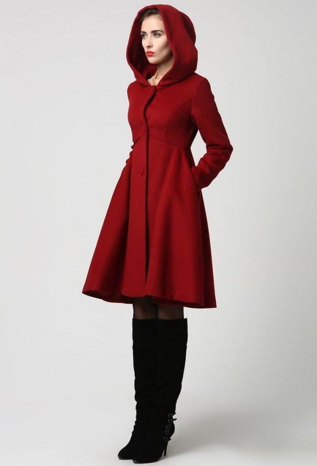 стильные образы весна лето 2019: красное пальто с капюшоном и черные замшевые сапоги