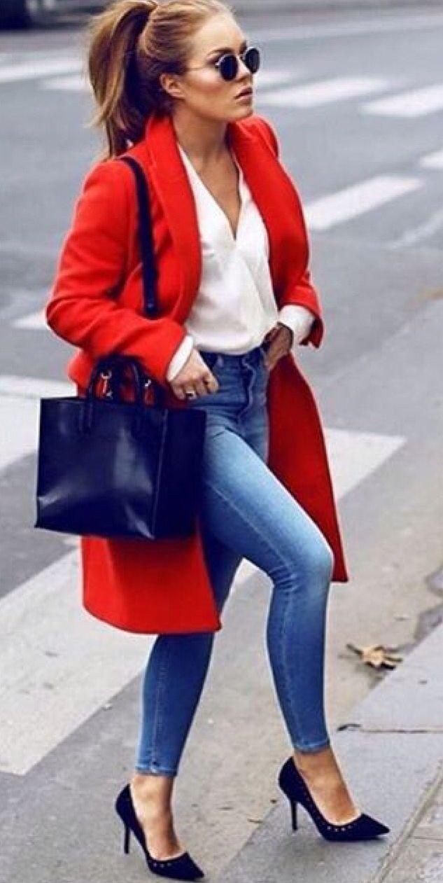 стильные образы весна лето 2019: красное пальто и джинсы