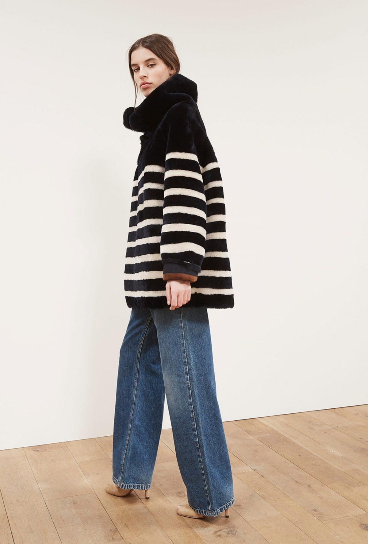 модные образы весна 2019: полосатое пальто оверсайз и широкие джинсы
