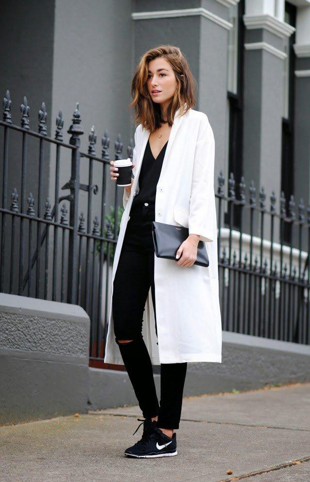 модные образы весна лето 2019: белое пальто и черные джинсы с прорезями