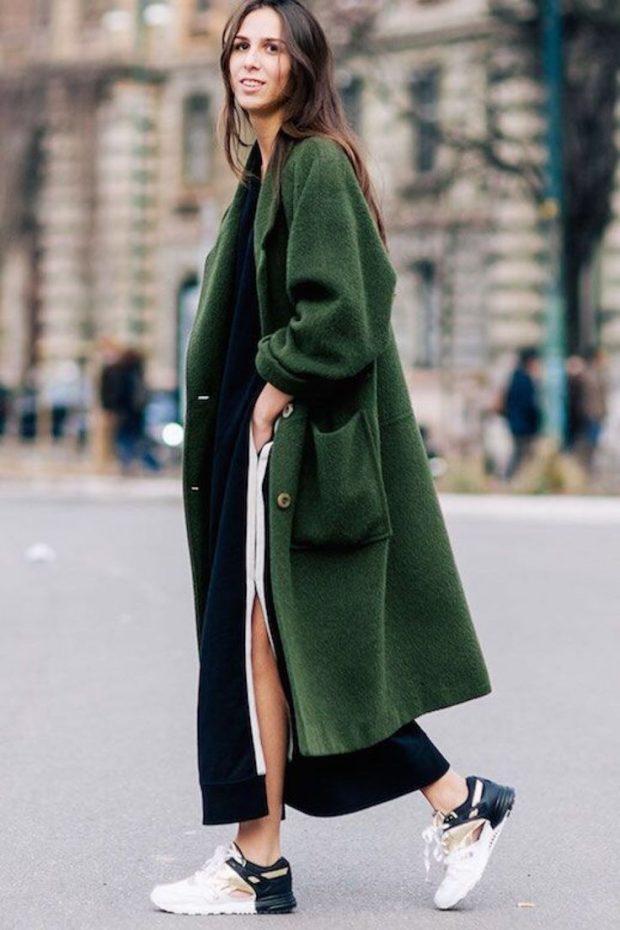 модные образы весна лето 2019: длинное темно-зеленое пальто и кроссовки