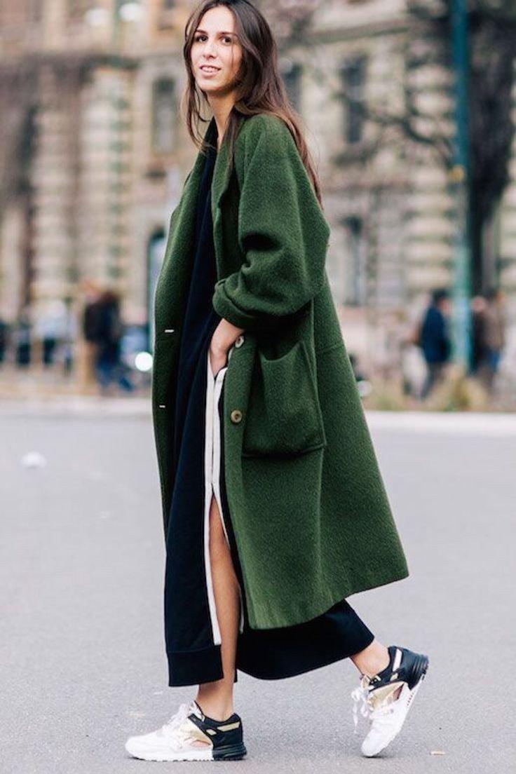 модные образы весна 2019: длинное темно-зеленое пальто и кроссовки