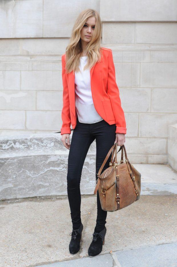 модные образы весна лето 2019: алый пиджак и темные джинсы для блондинки