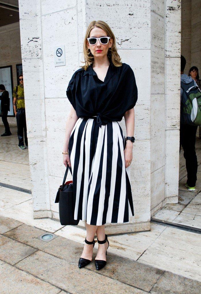 модные образы весна лето 2019: юбка миди в полоску и черная блуза