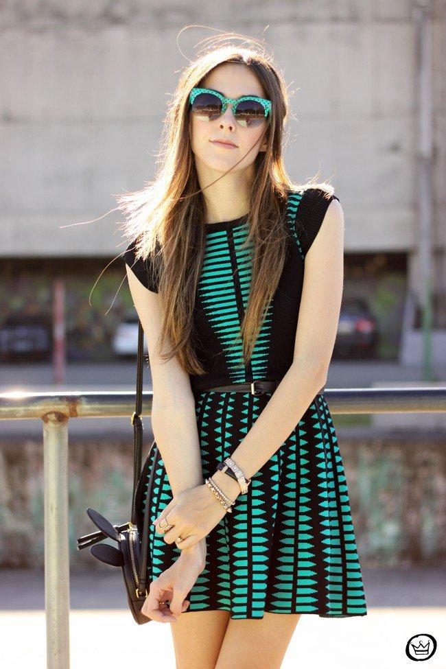 зеленое платье с принтом очки и сумка