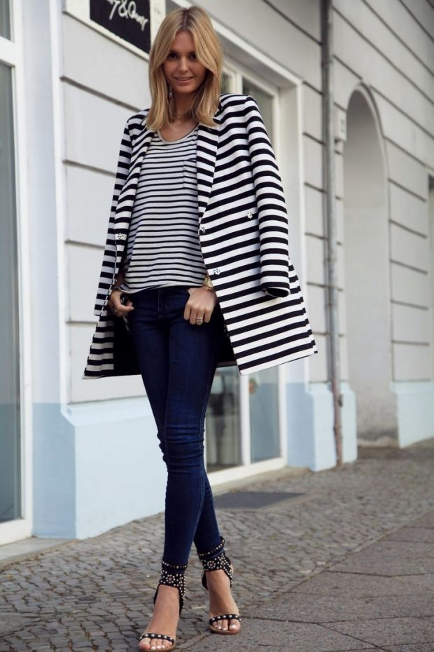 модные образы весна лето 2019: пальто в полоску и джинсы для блондинки