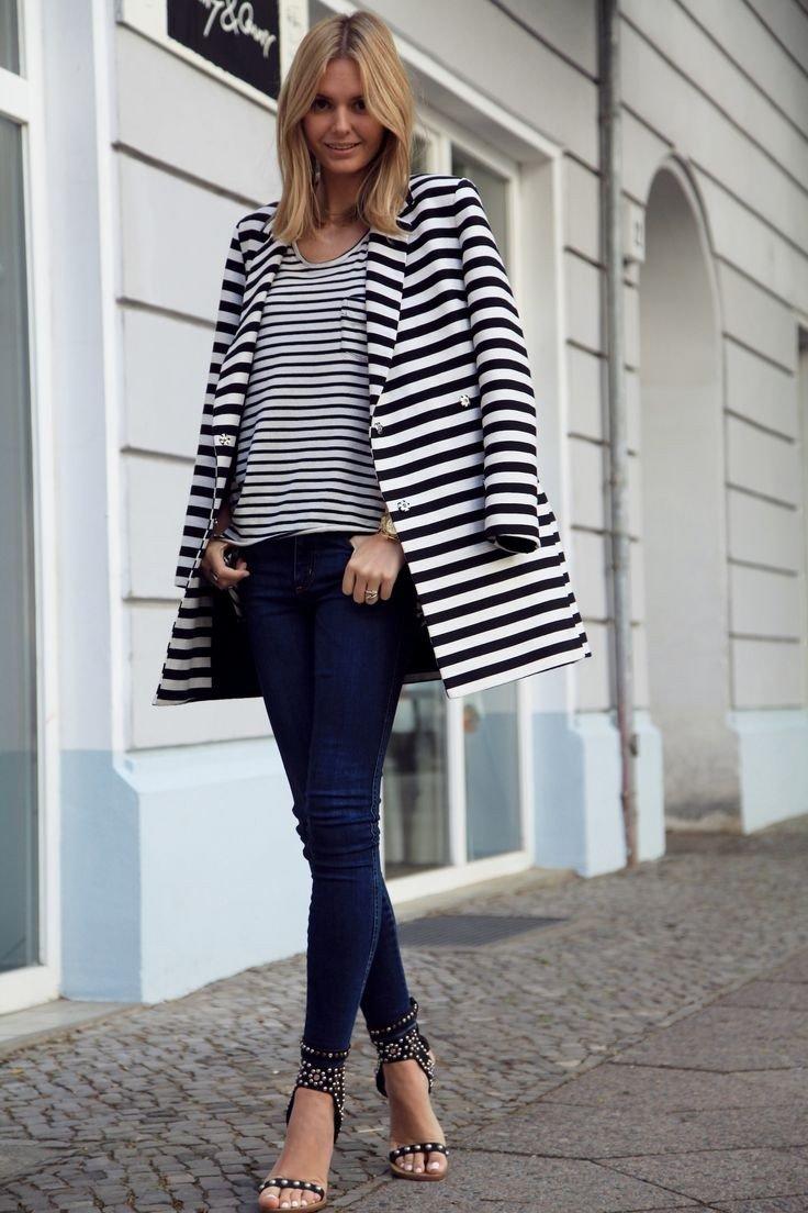 модные образы весна 2019: пальто в полоску и джинсы для блондинки