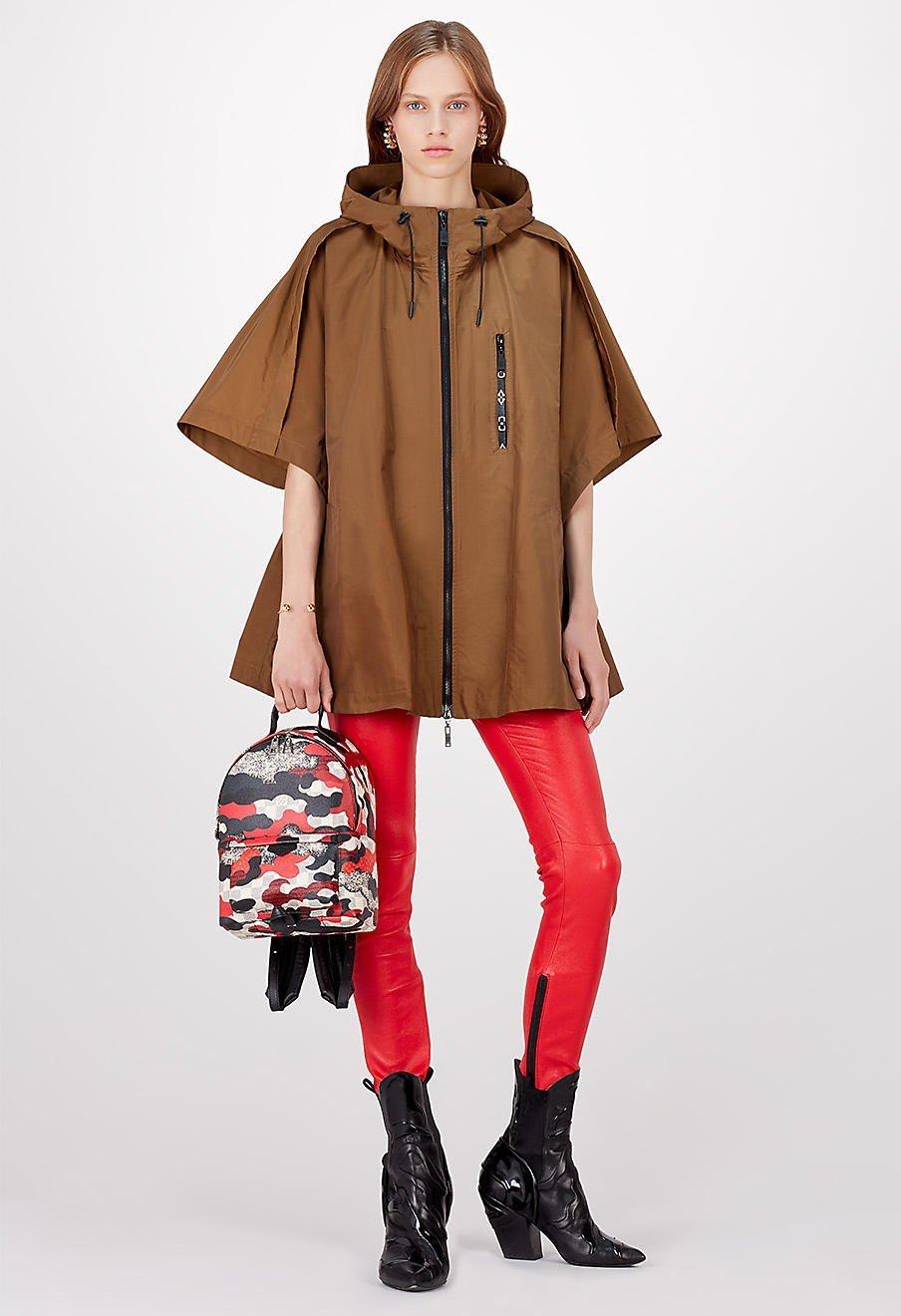 модные образы весна 2019: коричневое свободное пальто и красны брюки