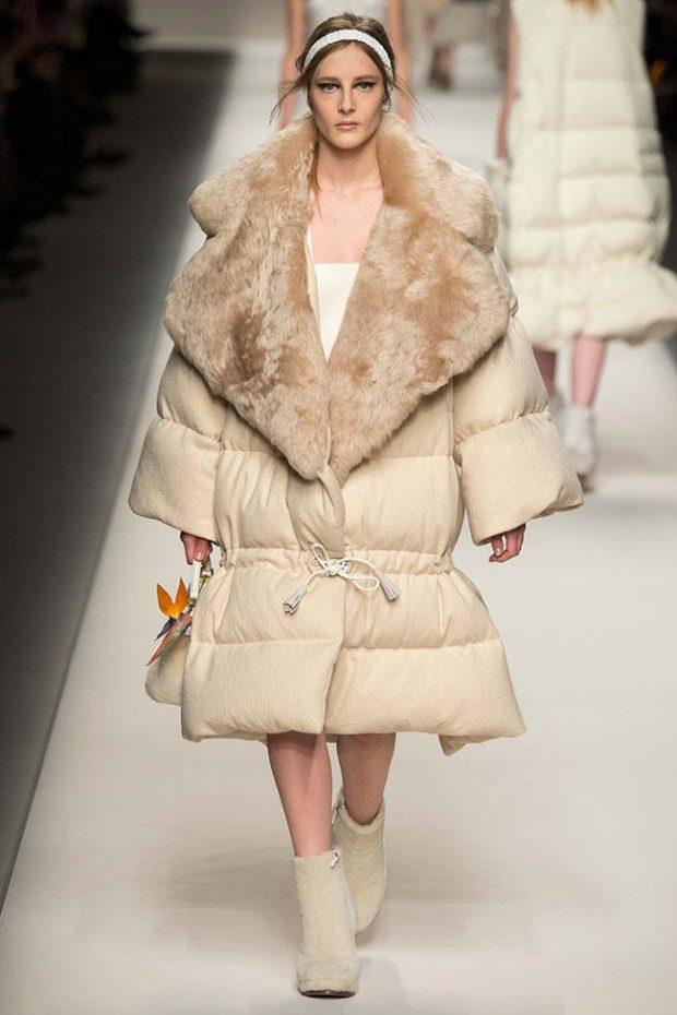 модная верхняя одежда осень зима 2019 2020: светлый пуховик оверсайз