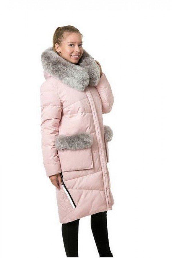 светло-розовый пуховик с мехом