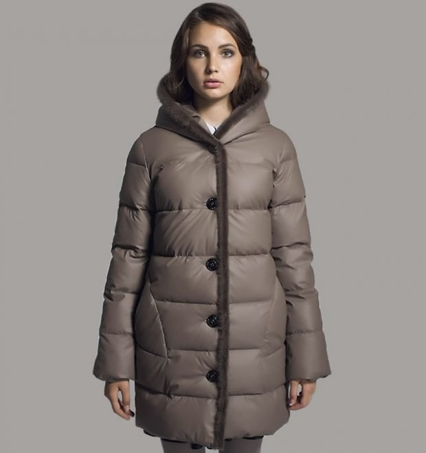 модная верхняя одежда осень зима 2020 2021: короткий пуховик на пуговицах