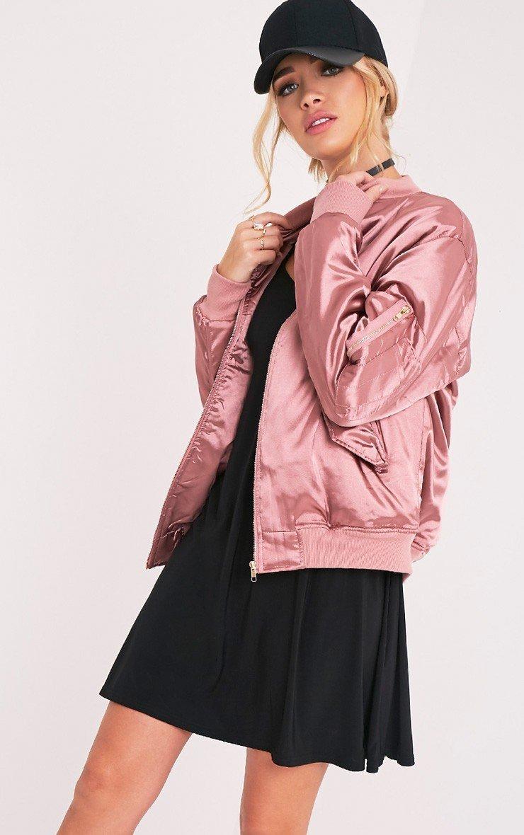 модная верхняя одежда осень зима 2018 2019: розовый бомбер из атласа