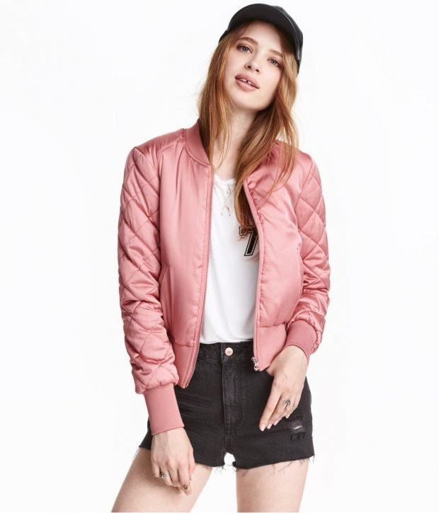 модная верхняя одежда осень зима 2021: розовый атласный бомбер