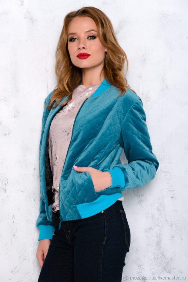 модная верхняя одежда осень зима 2020 2021: голубой велюровый бомбер
