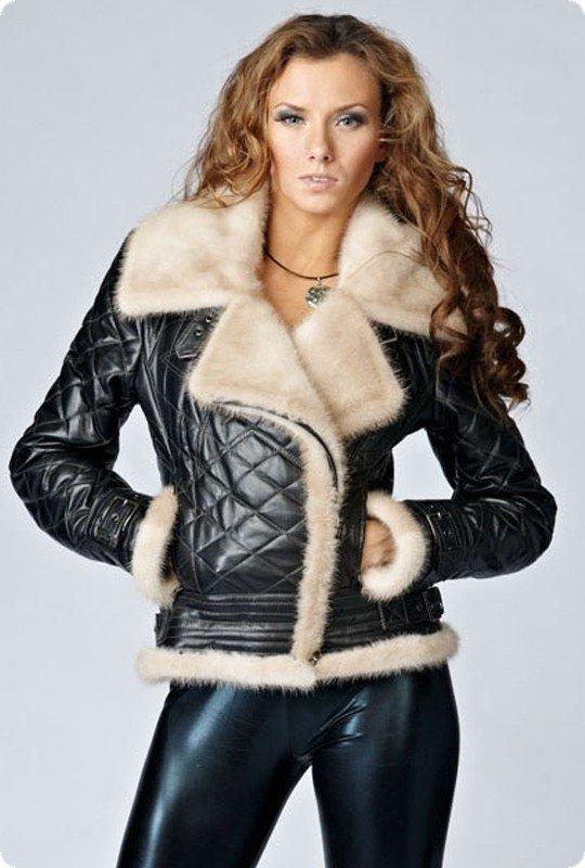тенденции верхней одежды осень зима 2020: черная стеганная кожаная куртка с мехом