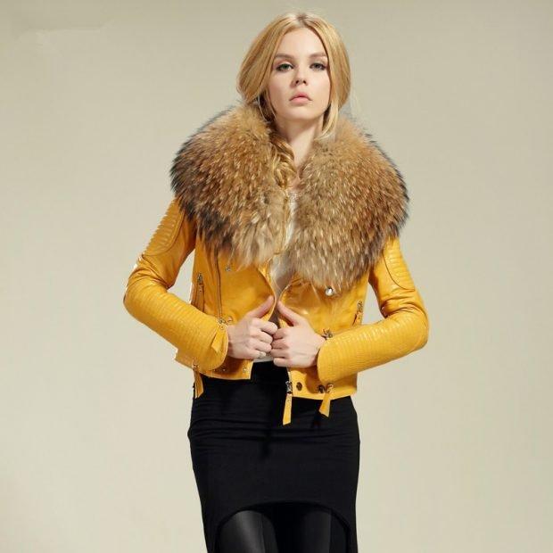 тенденции верхней одежды осень зима 2020: желтая кожаная куртка с меховым воротником