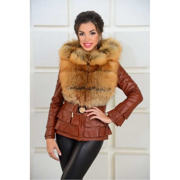 тенденции верхней одежды осень зима 2019 2020: коричневая кожаная куртка с мехом