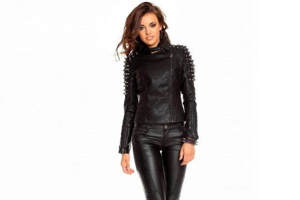 тенденции верхней одежды осень зима 2020: черная кожаная куртка с шипами
