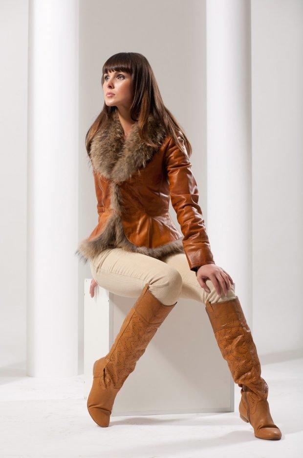 тенденции верхней одежды осень зима 2019 2020: кожаная куртка верблюжьего цвета с мехом