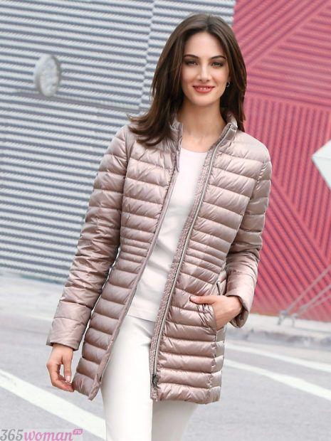 мода осень зима верхняя одежда: светлая стеганая куртка с блеском