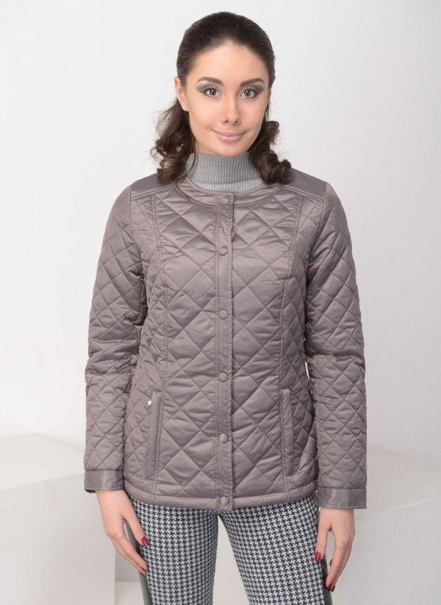 тенденции верхней одежды осень зима 2019 2020: серая стеганая куртка
