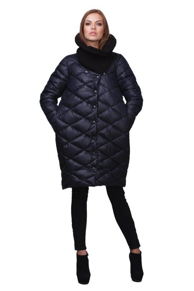 черная стеганая куртка до колена