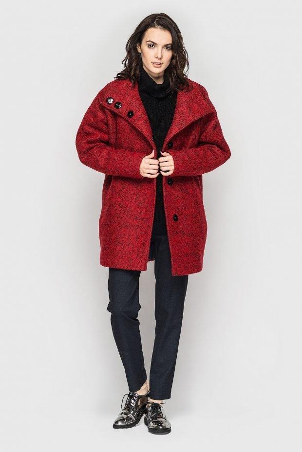 короткое пальто цвета марсала