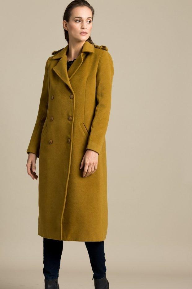 длинное горчичное пальто