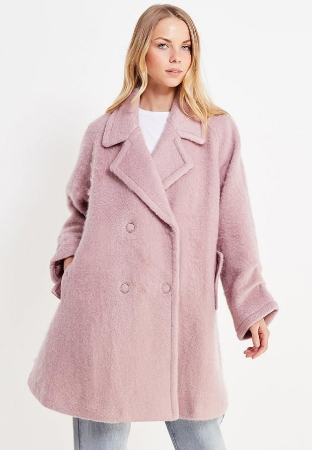 светло-розовое расклешенное пальто