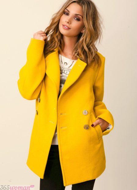 мода осень зима верхняя одежда: желтое короткое пальто
