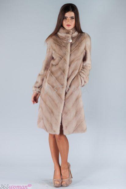 мода осень зима 2018 19 верхняя одежда: светлая шуба длиной до колена