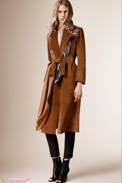 мода верхней одежды осень зима 2018 2019: коричневый плащ за колено с поясом