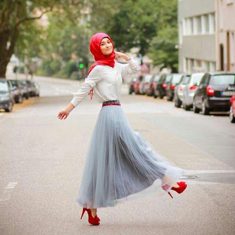 длинная серая юбка пачка и красные туфли