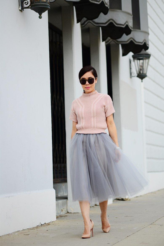 серая юбка пачка и персиковый свитер