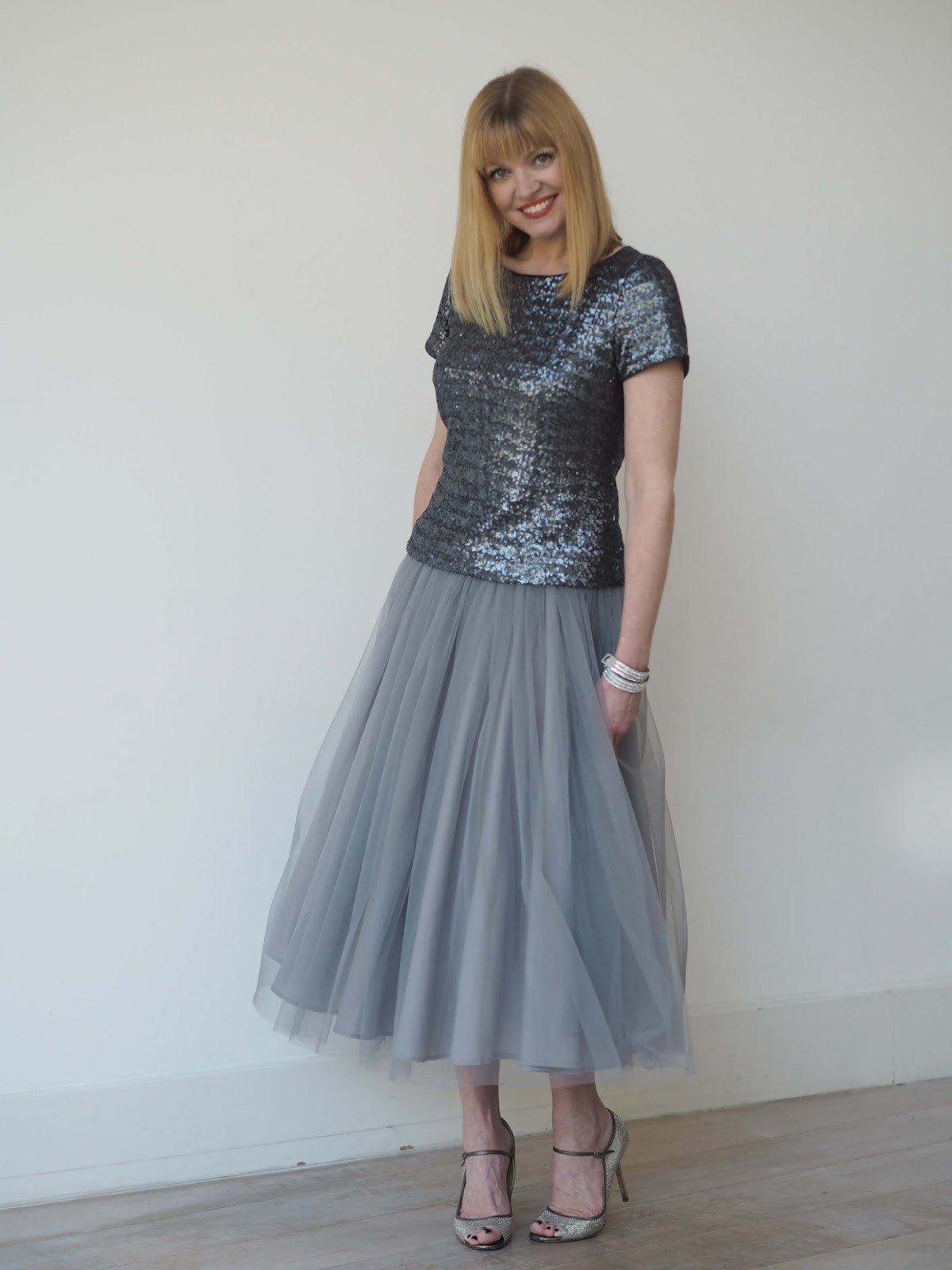 серая юбка пачка и блестящий топ