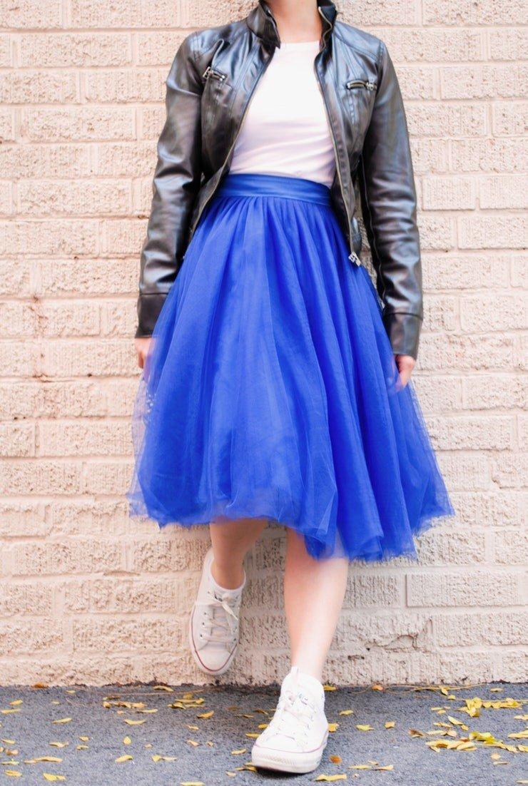 синяя юбка пачка и кожаная куртка