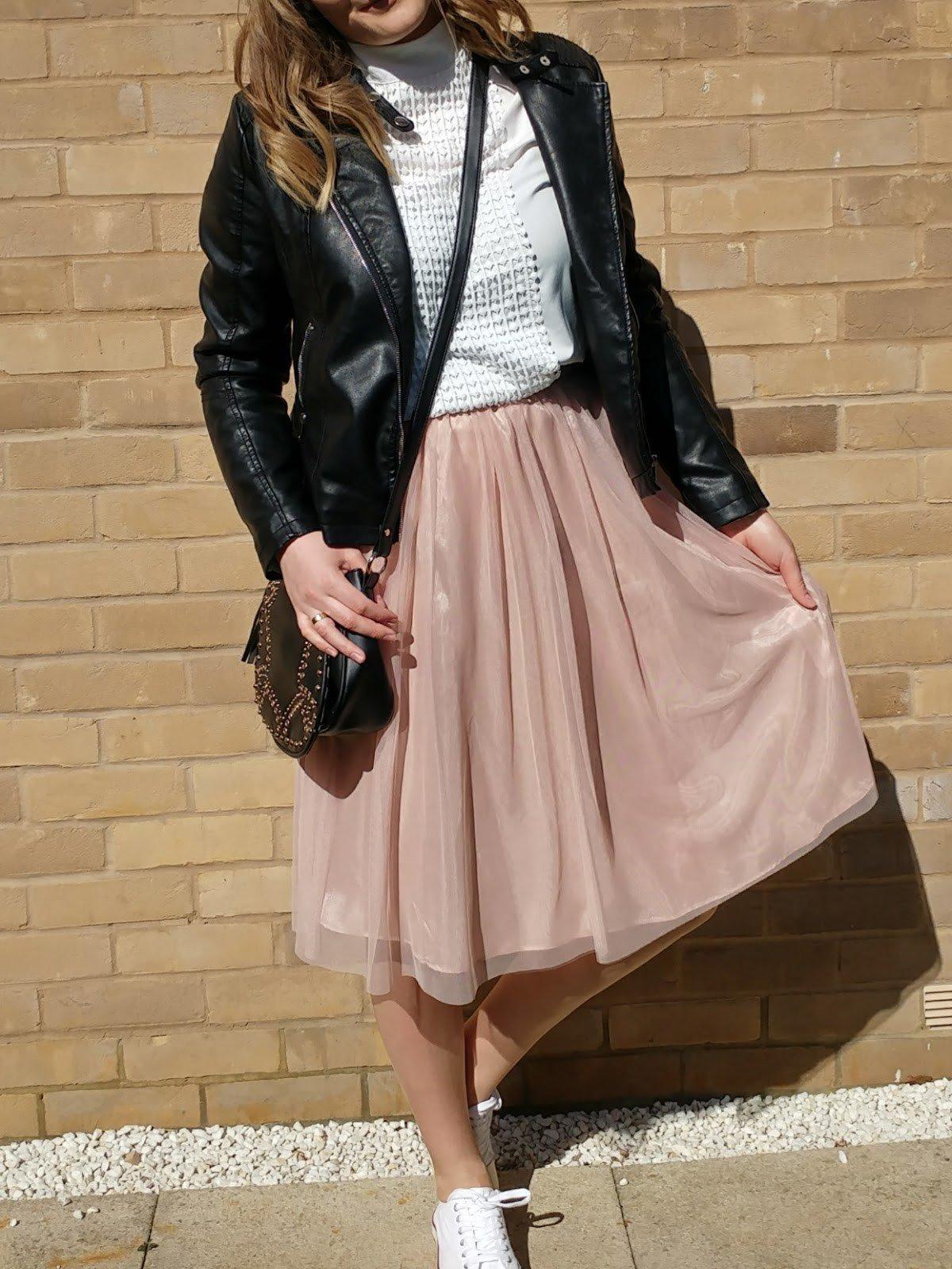 бежевая юбка пачка и кожаная куртка