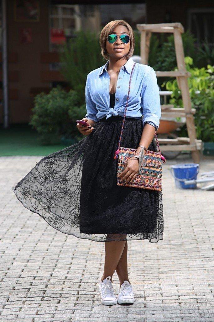 черная юбка пачка и джинсовая рубашка
