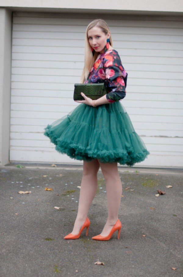 зеленая юбка пачка и цветочный бомбер