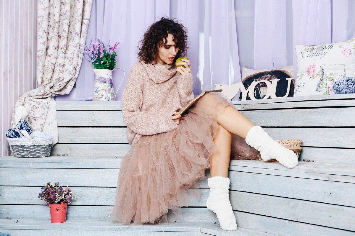 бежевая юбка пачка и теплый свитер