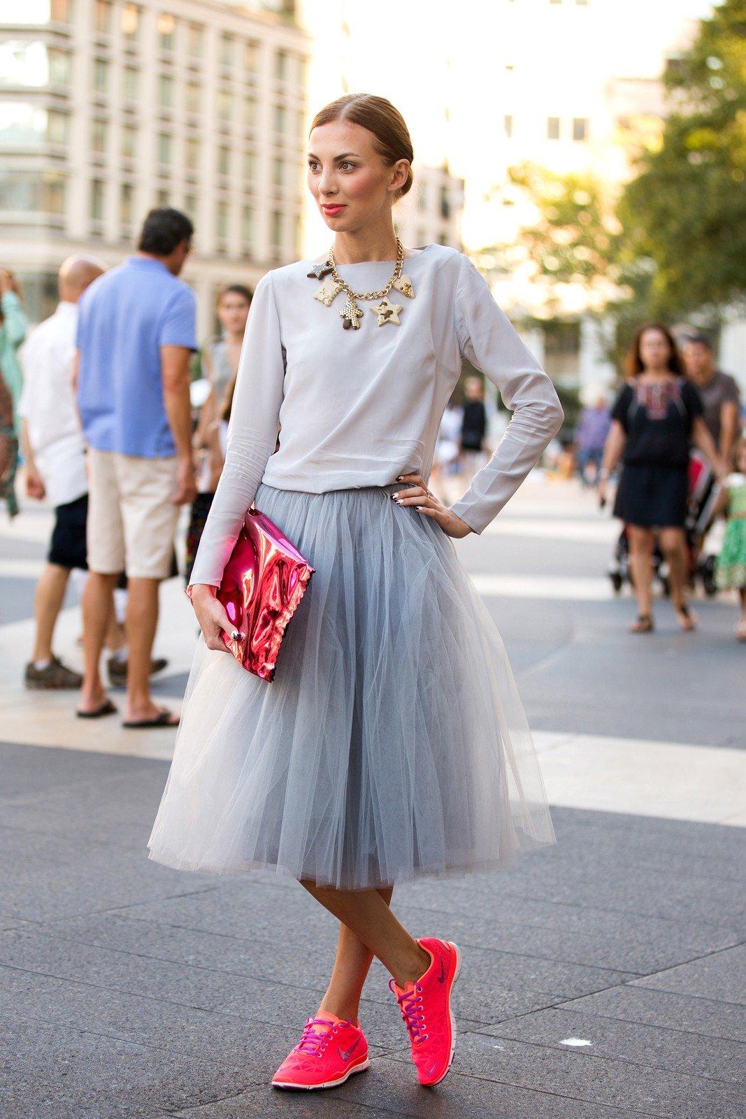 серая юбка пачка и яркие кроссовки