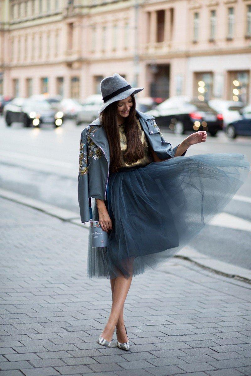 серая юбка пачка, пиджак и шляпа