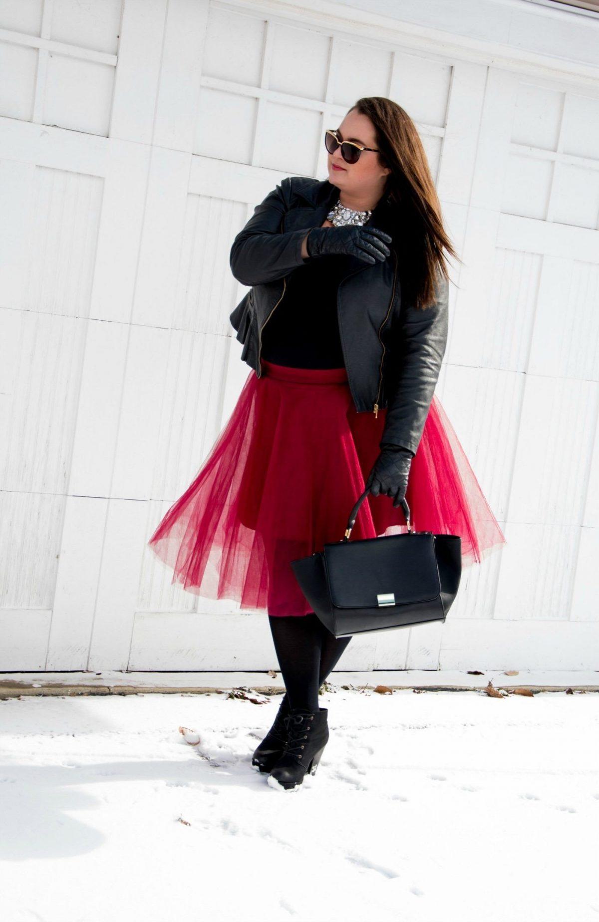 красная юбка пачка с кожаной курткой и колготами
