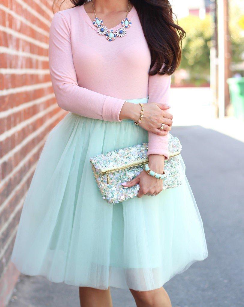 мятная юбка пачка и небольшая сумочка