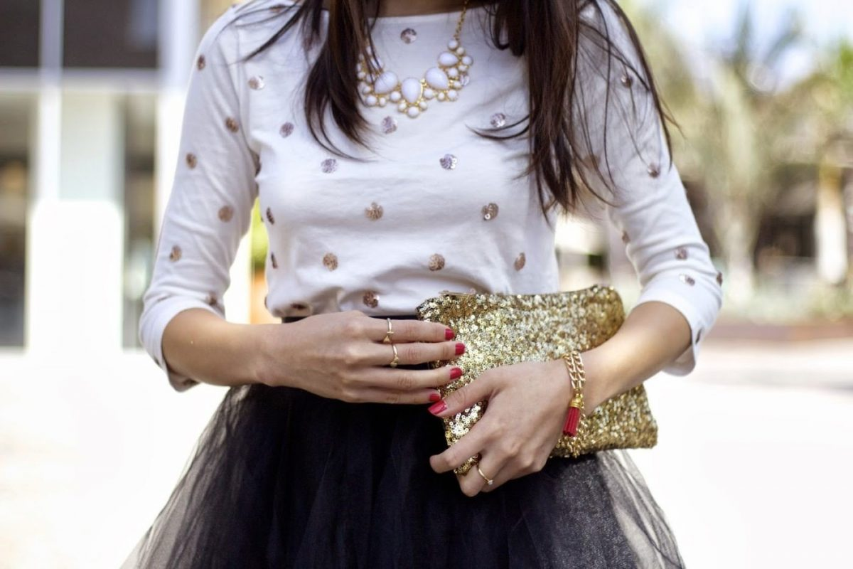 черная юбка пачка и золотая сумка