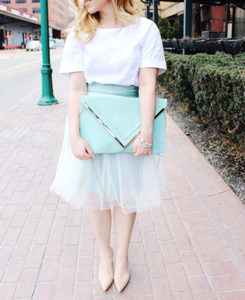 светлая юбка пачка и мятный большой клатч