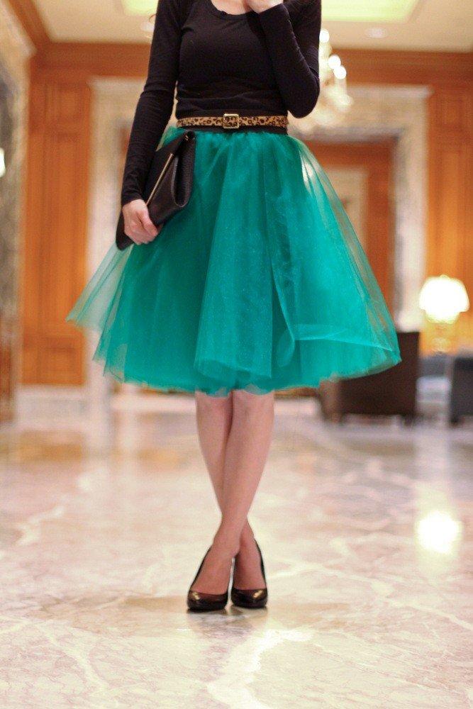 зеленая юбка пачка и черная сумка